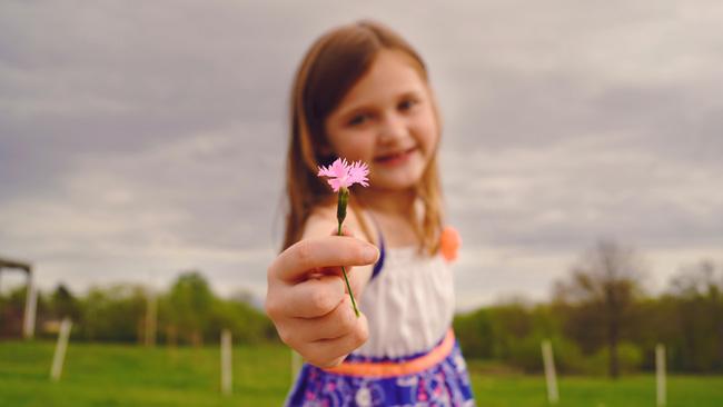 barn-med-blomst